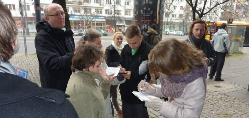 Pierwsze autografy po wyjsciu ze studia Dzień Dobry TVN DDTVN rozdawane fanom