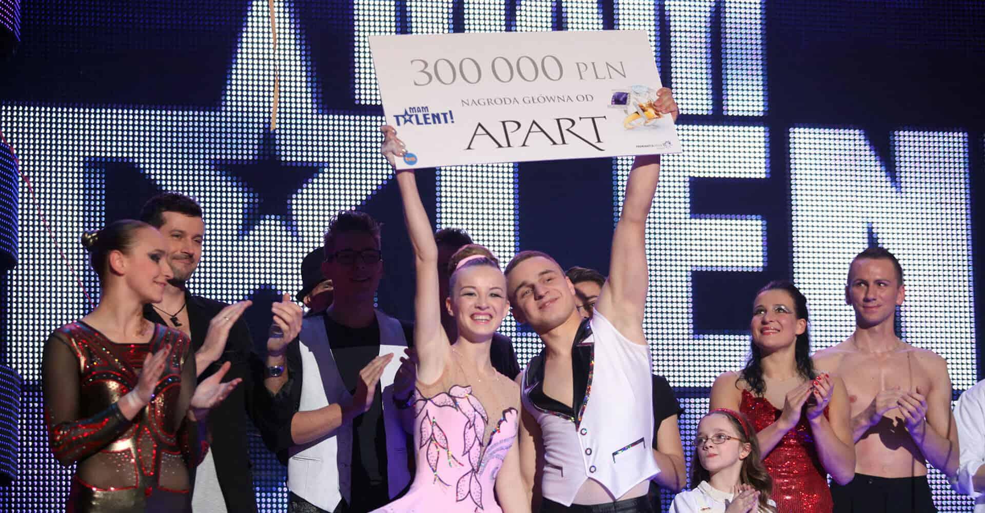 Delfina i Bartek odbierają nagrodę za wygrany mam talent pokaz akrobatyki